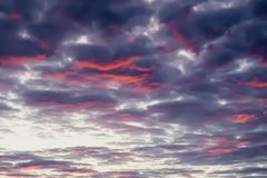 美丽,充满活力的紫罗兰色和紫色云彩风景看法,平衡天空 自然本底 图库摄影