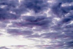 美丽,充满活力的紫罗兰色和紫色云彩风景看法,平衡天空 艺术树荫,自然本底 库存照片