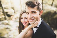 美丽,完善的愉快的摆在他们的婚礼之日的新娘和新郎 接近的纵向 免版税库存图片