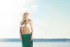 美丽,少妇佩带的引诱的比基尼泳装和绿色丝绸  免版税图库摄影