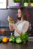 美丽的妇女吃沙拉 免版税图库摄影