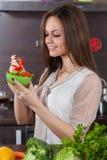 妇女吃沙拉 免版税库存图片