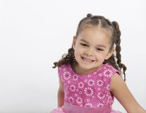 美丽,愉快,跳舞的四岁小孩 库存照片