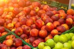 美丽,成熟,新鲜水果在商店:绿色,黄色,红色a 免版税库存照片