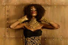 美丽,时尚、性感的非洲妇女有充分的嘴唇的和完善的头发,皮肤的画象 免版税库存图片