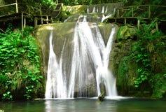 美丽,美丽如画的瀑布 免版税图库摄影