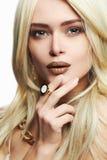美丽组成妇女年轻人 首饰的性感的白肤金发的女孩 库存图片