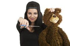 美丽年轻深色准备切开玩具熊 免版税库存照片