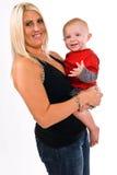 美丽年轻,白肤金发,拿着她的儿子的女性 库存照片