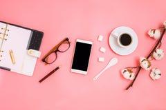美丽flatlay与杯子浓咖啡、棉花分支、糖立方体、智能手机和计划者 免版税库存图片
