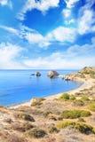 美之女神出生地的美丽的景色在塞浦路斯 Petra tu Romiou,美之女神石头  免版税库存图片