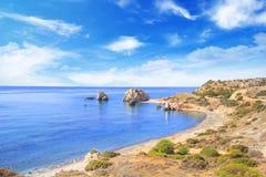 美之女神出生地的美丽的景色在塞浦路斯 Petra tu Romiou,美之女神石头  库存照片