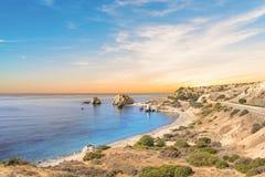 美之女神出生地的美丽的景色在塞浦路斯 Petra tu Romiou,美之女神石头  图库摄影