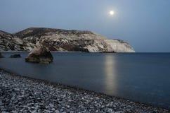 美之女神的岩石夜海景靠岸,帕福斯,西塞浦路斯 免版税图库摄影