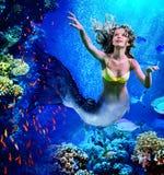 美人鱼下潜水下的通过珊瑚 免版税库存照片