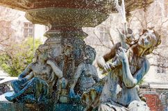 美人鱼和青年人雕塑喷泉的 里斯本葡萄牙 库存照片