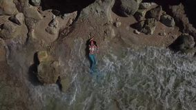 美人鱼服装Melasti海滩巴厘岛dron的女孩 股票录像