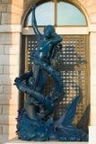美人鱼的一个现代雕塑在Dogana二3月城市风俗老大厦的  意大利威尼斯 图库摄影