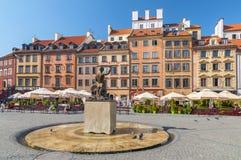 美人鱼雕象在华沙的老镇的中心在华沙,波兰 图库摄影