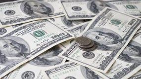 美元与100美元的背景钞票 库存图片