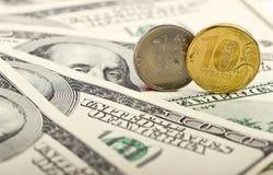 以美元为背景的俄罗斯卢布 免版税库存图片