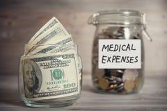 美元和硬币在瓶子有医疗费用标签的 免版税库存照片