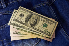 美元和钱包在牛仔裤 免版税库存图片