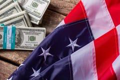 美元捆绑和美国国旗 图库摄影