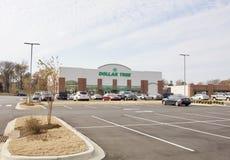 美元树商店前面和停车场 免版税库存图片