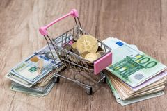 美元欧元, bitcoin硬币 关闭 免版税库存图片