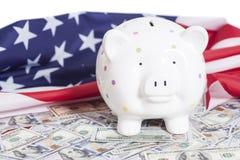 美元的存钱罐与美国国旗 库存图片