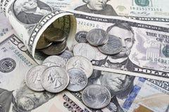 美元硬币和钞票 免版税库存照片