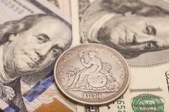 美元票据和硬币 图库摄影