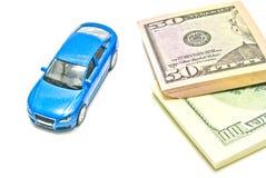 美元笔记和蓝色汽车在白色 库存图片