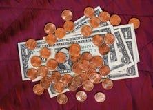 美元纸币和硬币,在红色天鹅绒背景的美国 免版税库存照片