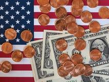 美元纸币和美国的硬币和旗子 库存照片