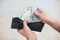 美元递她的妇女年轻人 背景查出的白色 库存图片