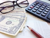 美元金钱、计算器和储蓄存款书或者财政决算在办公室桌上 免版税库存照片