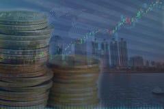 美元金钱在孤立背景的硬币堆 免版税库存图片