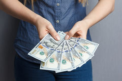 100美元钞票爱好者在妇女手上 图库摄影
