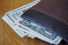 美元,在皮革钱包插入的钞票的细节 库存照片