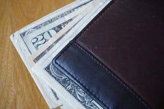 美元,在皮革钱包插入的钞票的细节 免版税库存照片