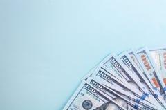 100美元,美国钞票,与金钱现金货币特写镜头,总统` s面孔的蓝色背景许多票据  免版税库存照片