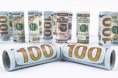 美元 美元在其他位置的钞票卷 在白板的美国美国货币 美国美元钞票卷 免版税图库摄影