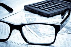 美元细节在商业报纸的在计算器附近 免版税库存照片
