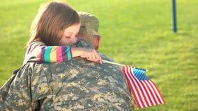 美军士兵与女儿团聚了在室外一个的晴天 股票视频