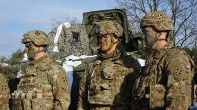 美军士兵和军用设备回旋的在波兰 免版税库存图片