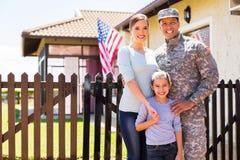 美军士兵团聚的家庭 免版税库存图片