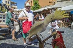 美冠鹦鹉和鹦鹉在老镇罗得岛 免版税库存图片