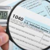 美利坚合众国与放大镜-一对一比率的报税表1040 库存图片